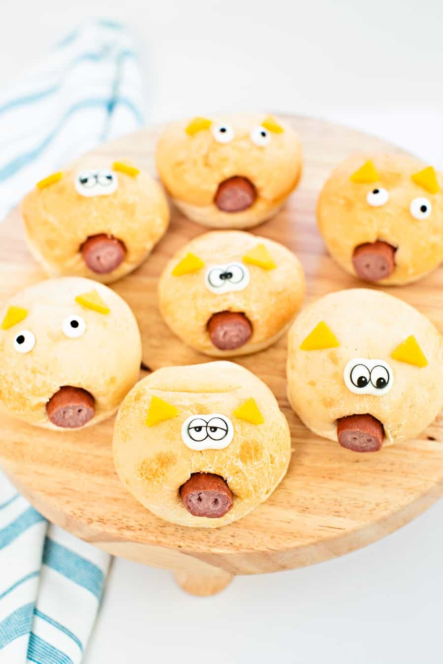 how to make easy pigs in a blanket in a bread roll