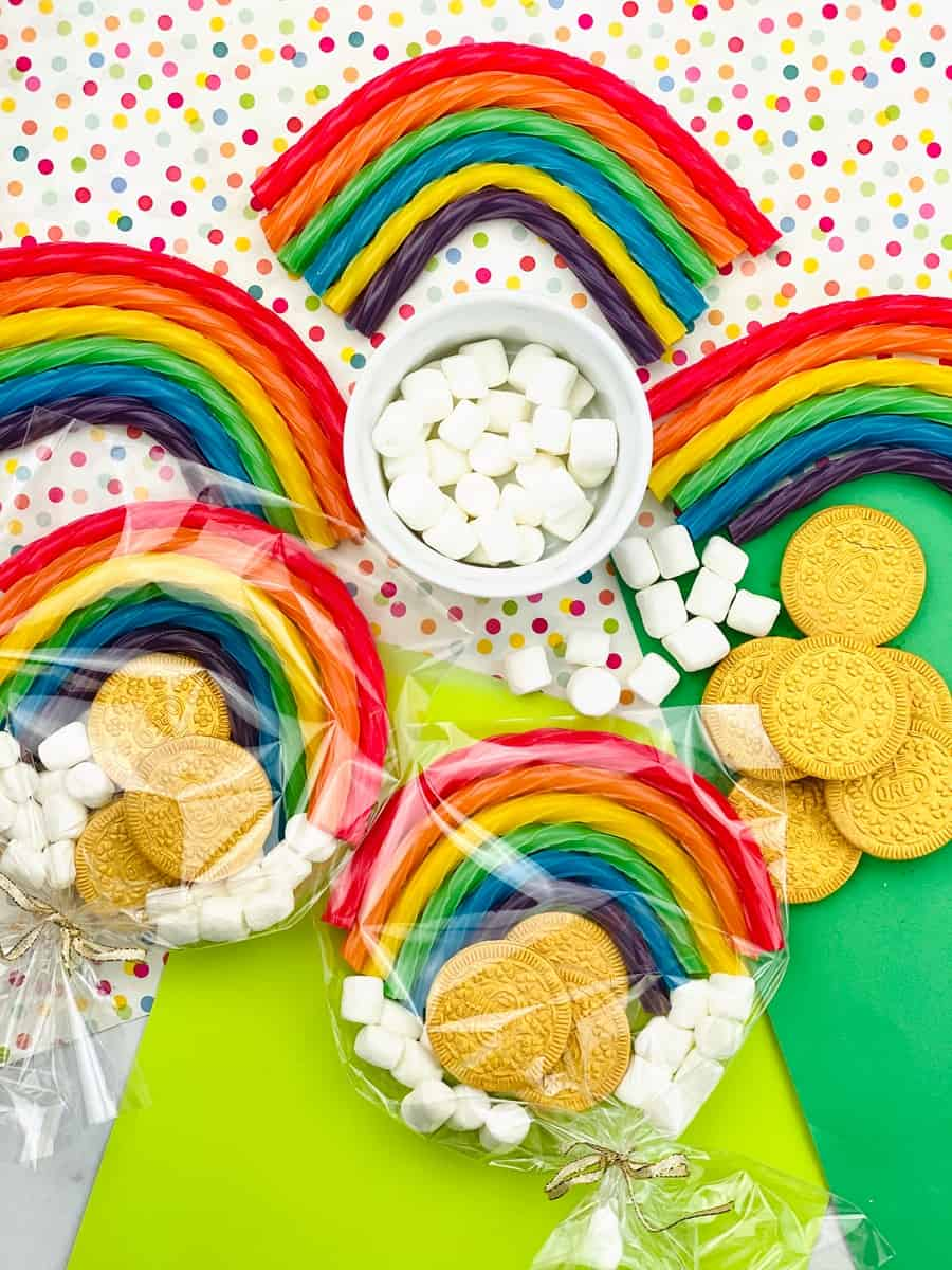 ST. PATRICK'S DAY FAVORS WITH EDIBLE GOLD COINS AND RAINBOWS FOR KIDS
