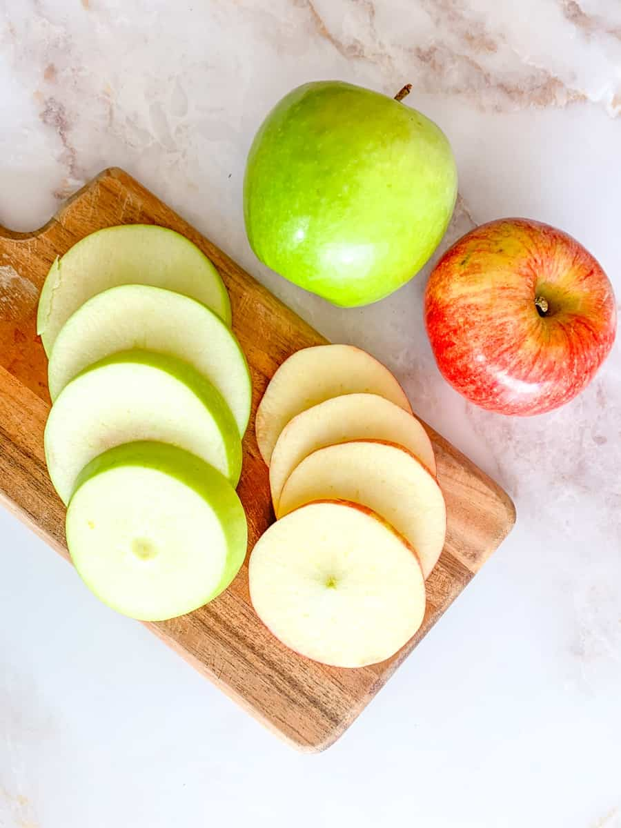 sliced green and red apples